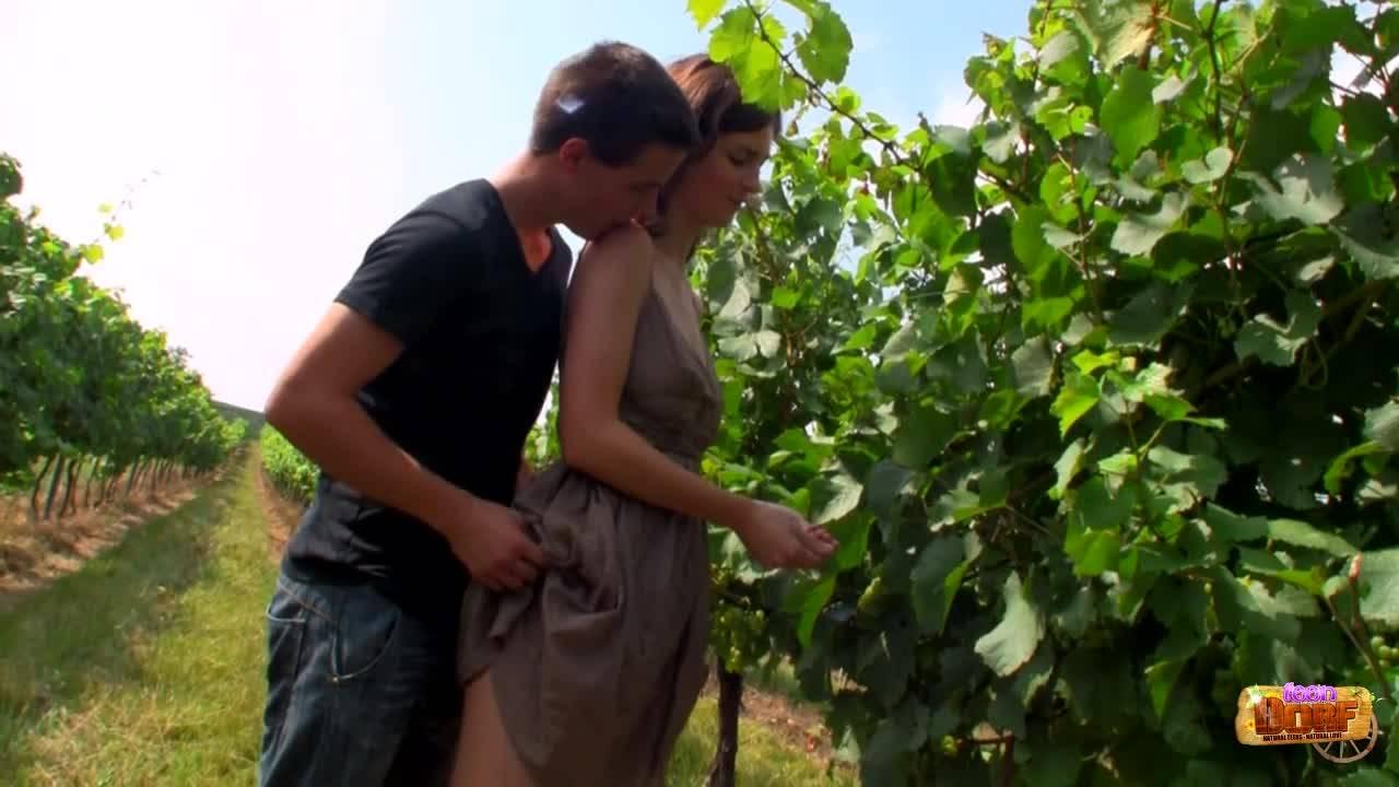 Красивая девушка обглодала длинный огурчик своего парня на природе