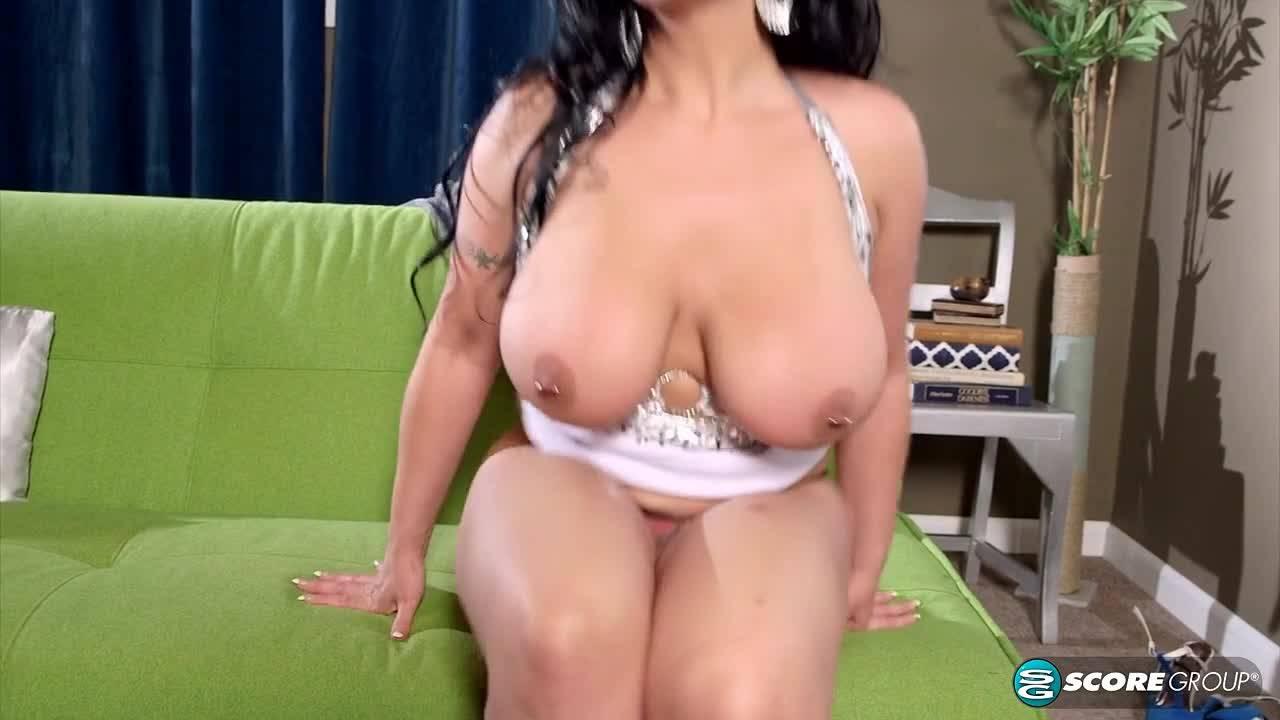 Зрелая женщина с большими дойками мастурбирует длинным дилдаком