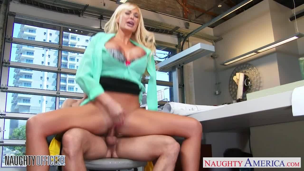Блондинка получает вулкан семяизвержения не отходя от своего рабочего стола в офисе
