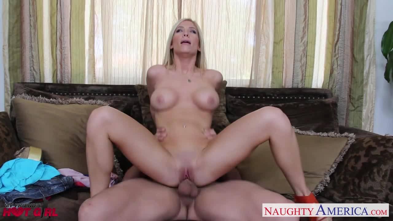 Блондинка страстно вертится на члене своего дружка, которого заводят ее секси формы