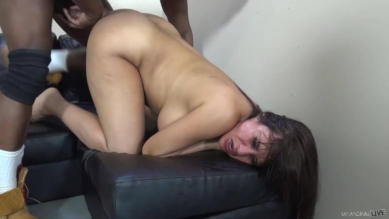 Негр трахает белую женщину и кончает ей в рот после секса