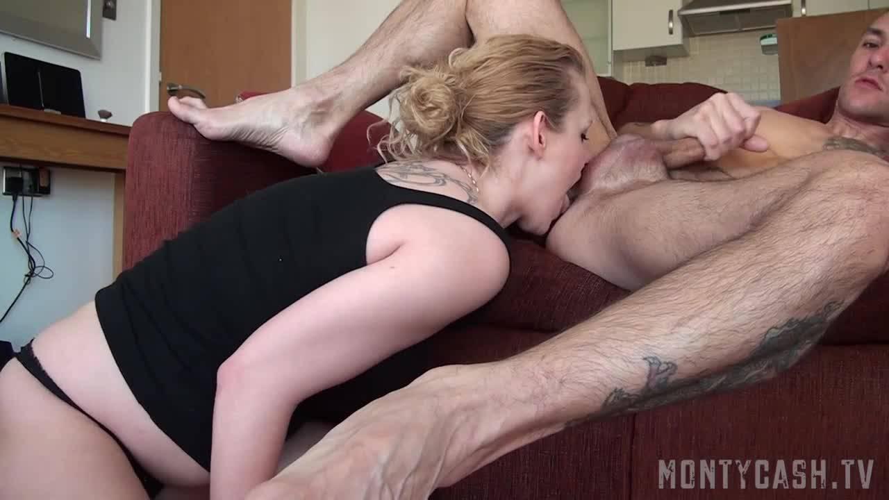 Блондинка вылизывает очко своего дружка пока тот дрочит