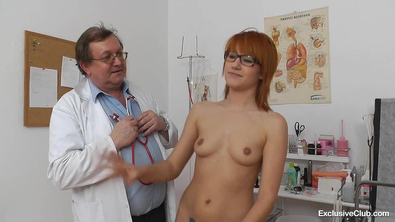 Молодая рыжуха попадает к озабоченному доктору