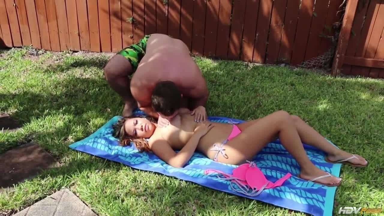 Сочная шлюшка дает мужику драть свою киску