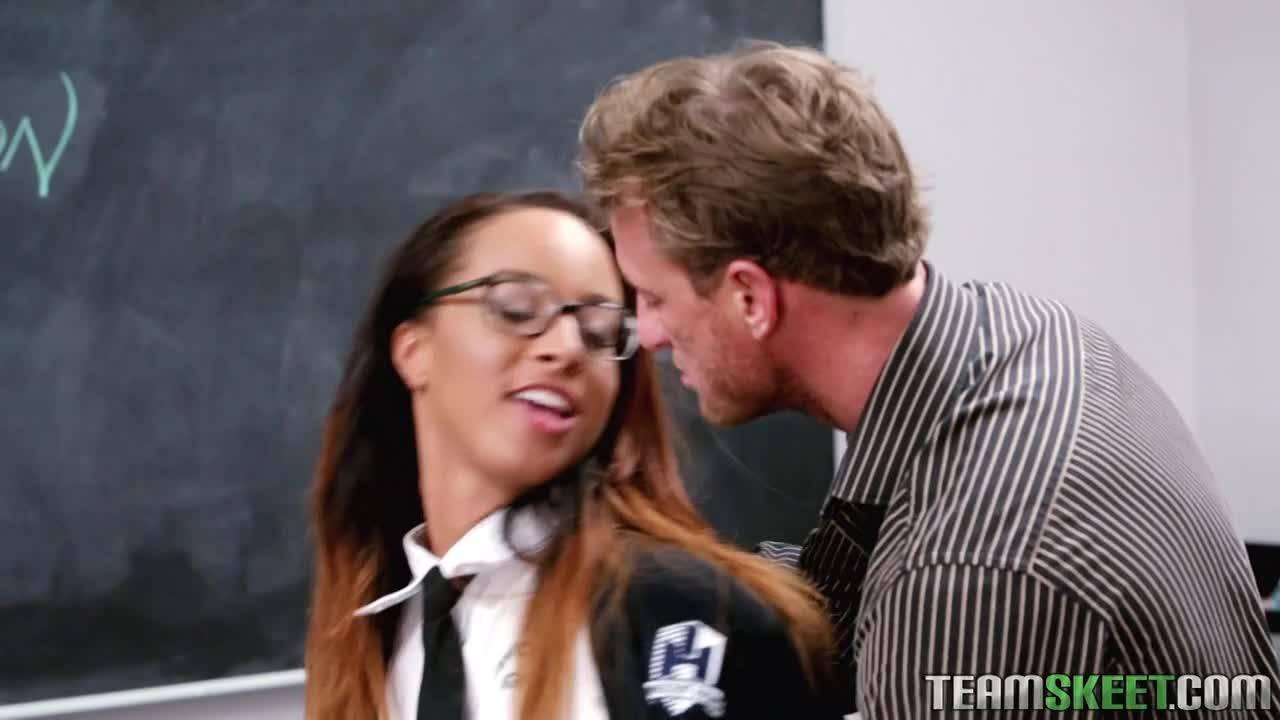 Учитель оттрахал свою юную студентку прямо на столе