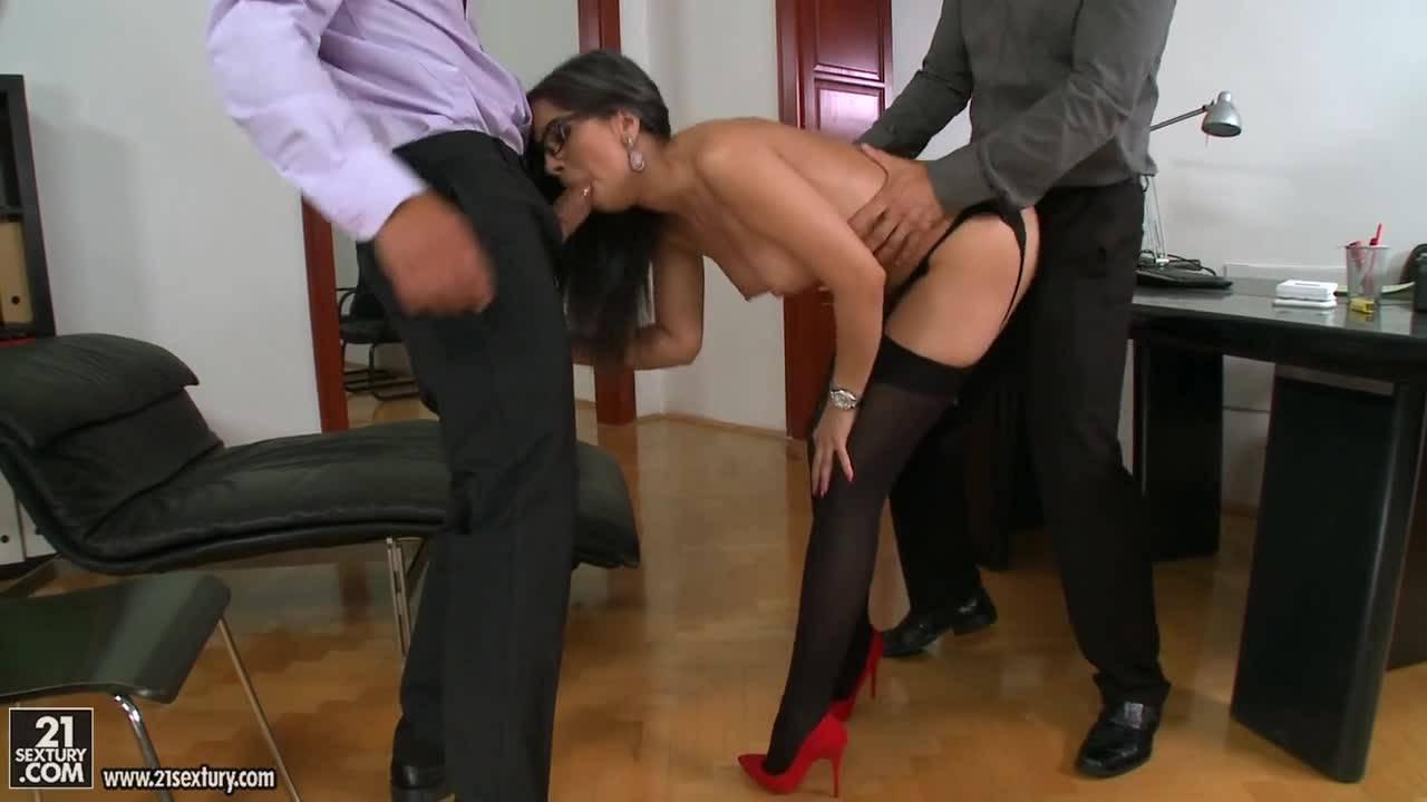 Зрелая стажерка демонстрирует коллегам познания в сексе