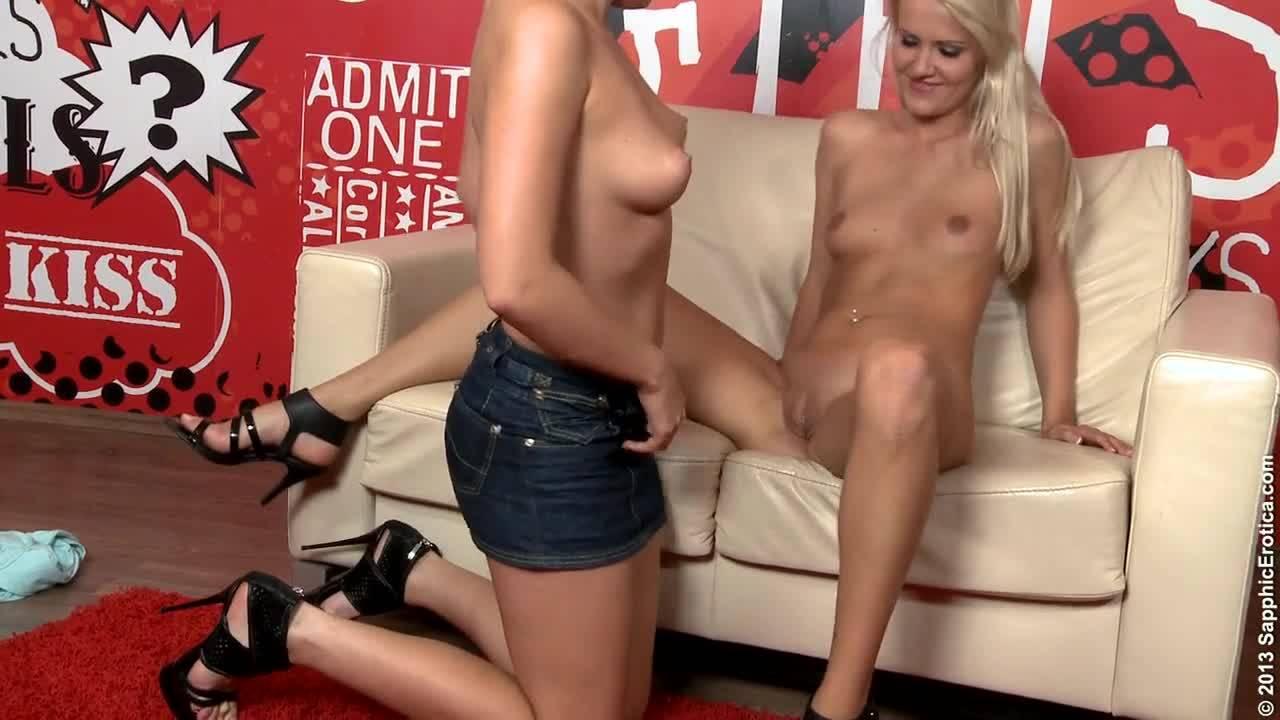 Две лесбиянки целуют киски