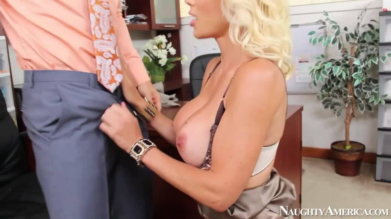 Сисястая секретарша раздвинула ноги перед боссом