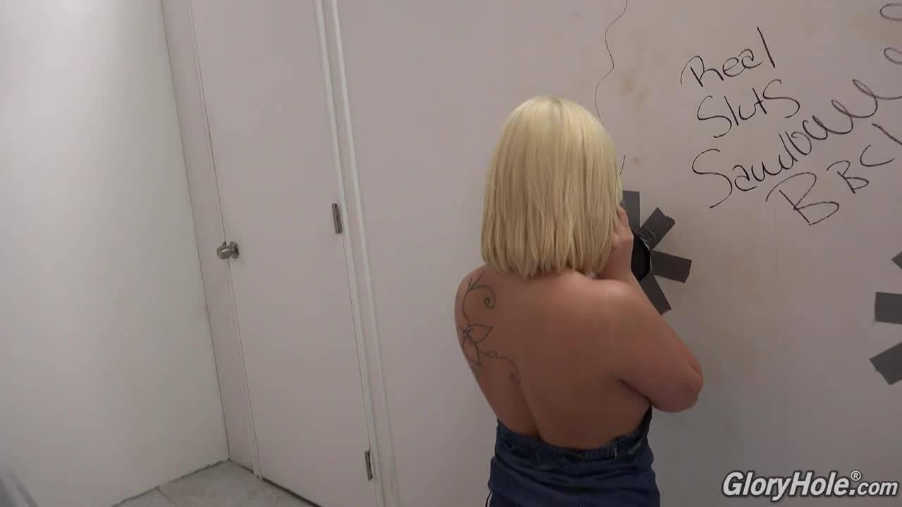 Красивая девушка полизала большой член в туалете