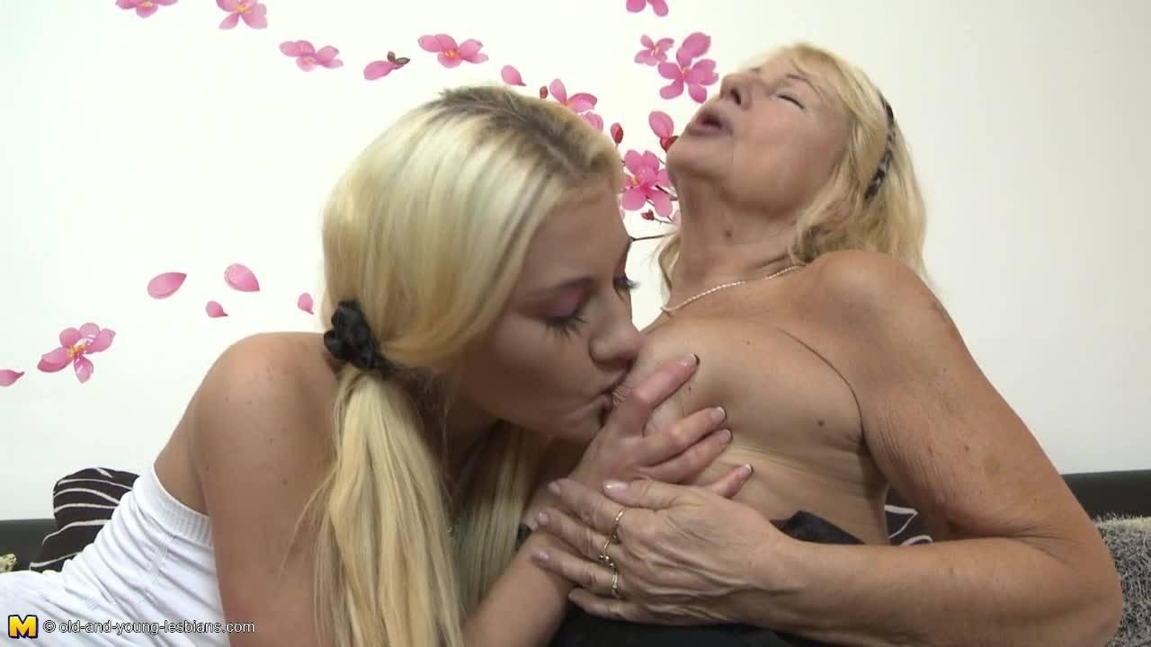 Страстная блондинка трахается одним самотыком со старушкой