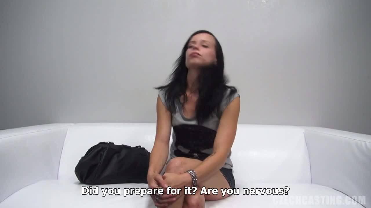 Молодая телочка мастурбирует черным дилдо на порно кастинге