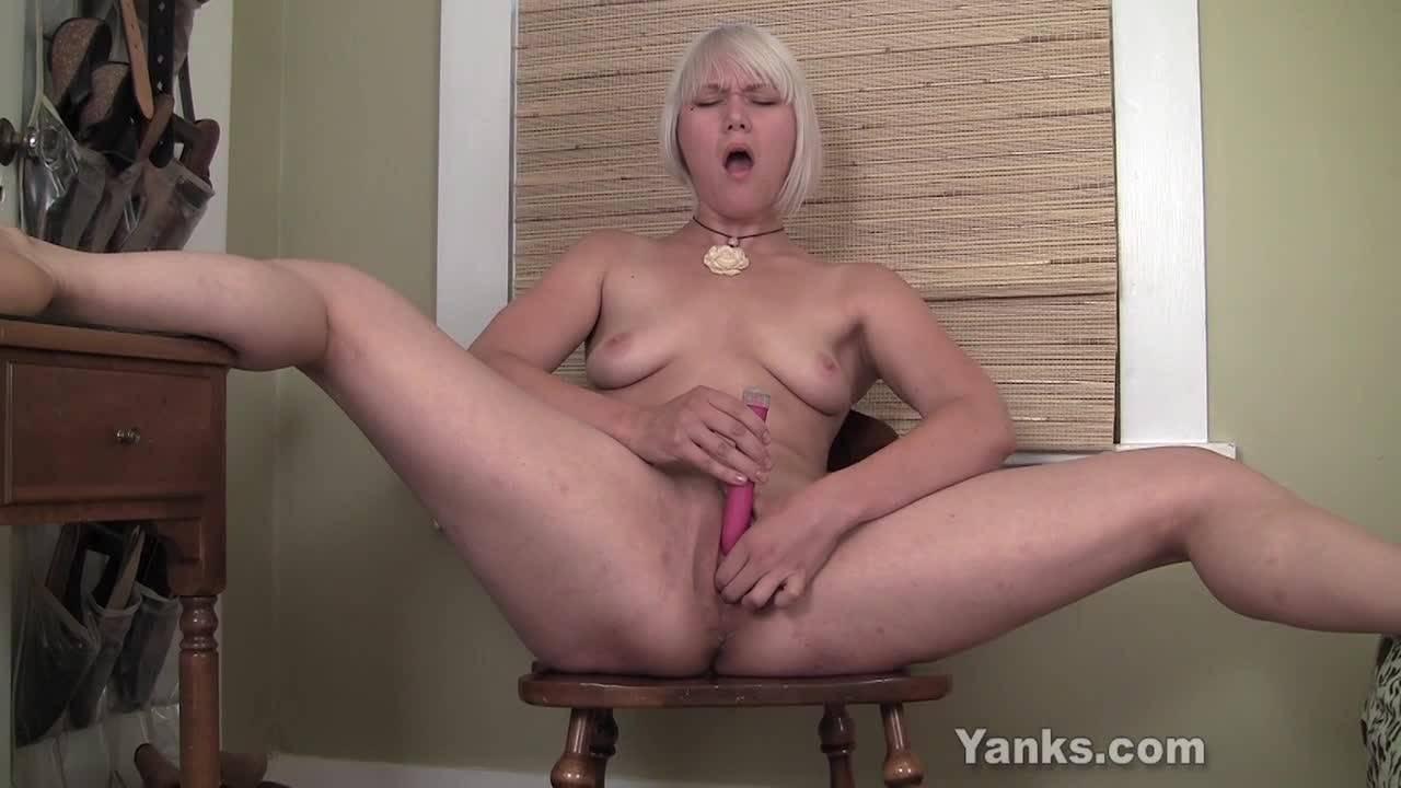 Блондинка раздевается на камеру и раздвинув ноги, мастурбирует вибратором