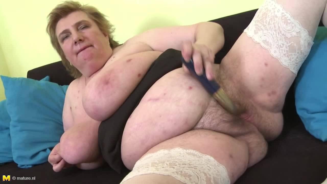 Бабуля в чулках оттрахала свою небритую дырку самотыком