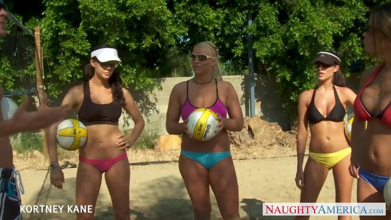 Кортни Кейн с подружками волейболистками и Джонни Синс