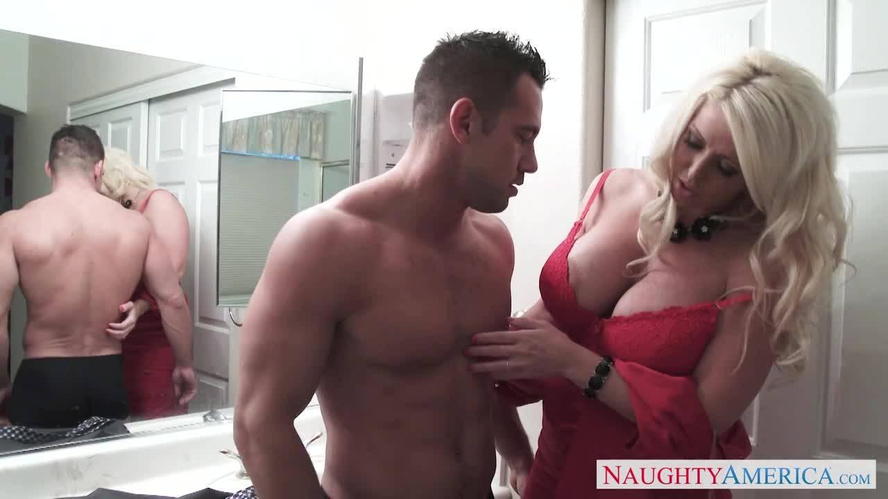 Мужик трахает блондинку с огромными сиськами и вставляет руку в её киску
