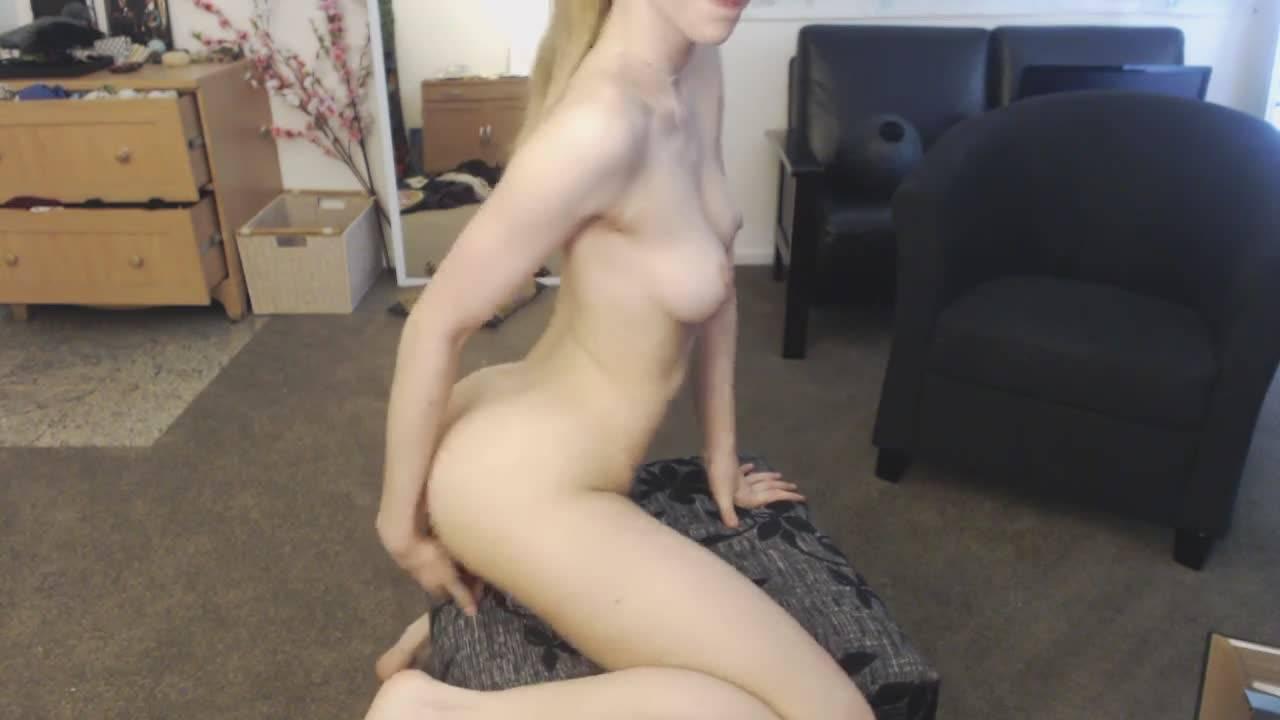 Стройная девушка снимает фартук и начинает мастурбировать свой узкий анал