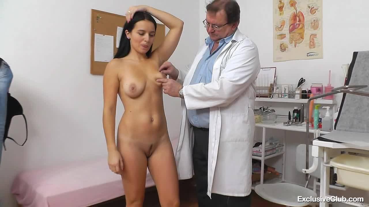 Пожилой врач наслаждается спелой киской темноволосой телочки