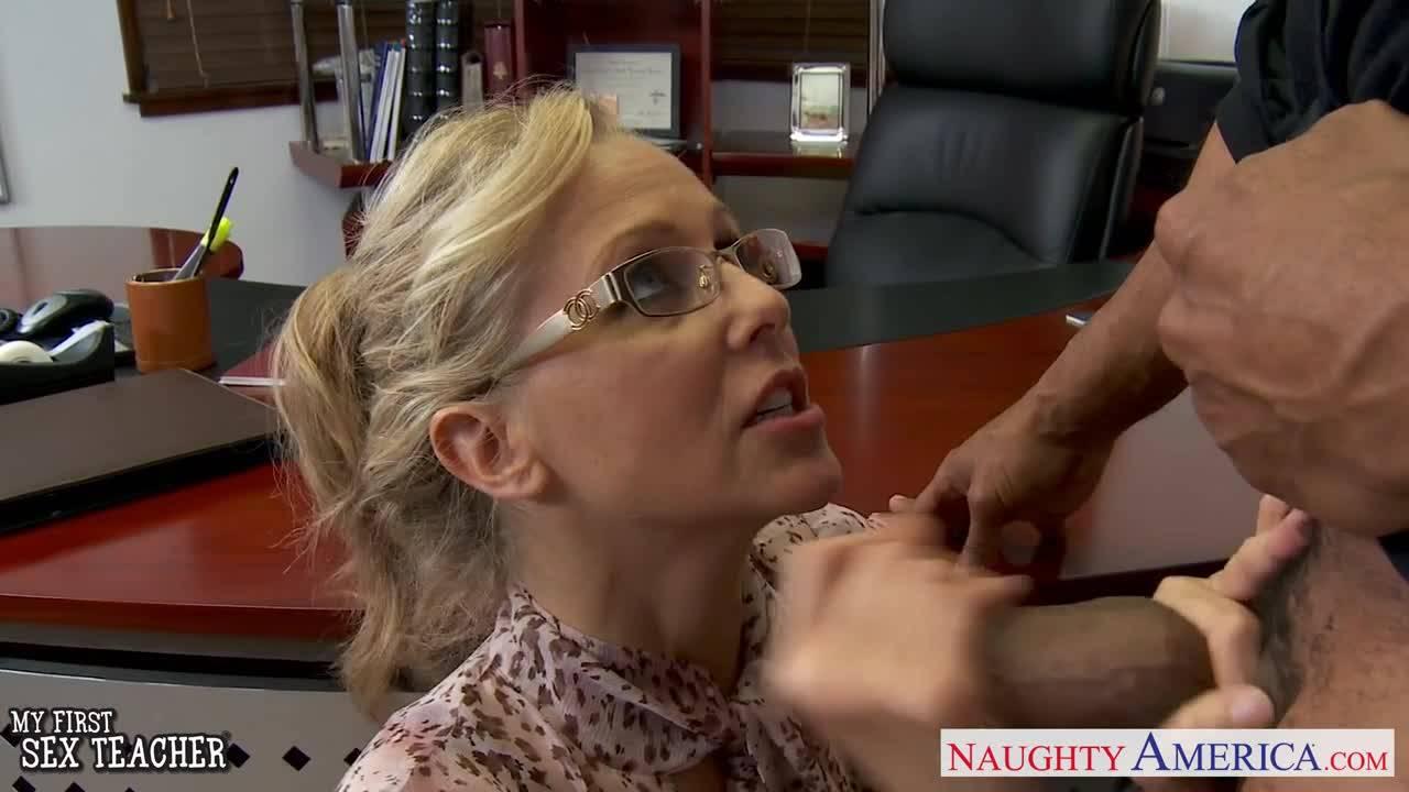 Бизнес леди трахается в офисе на большом чёрном члене