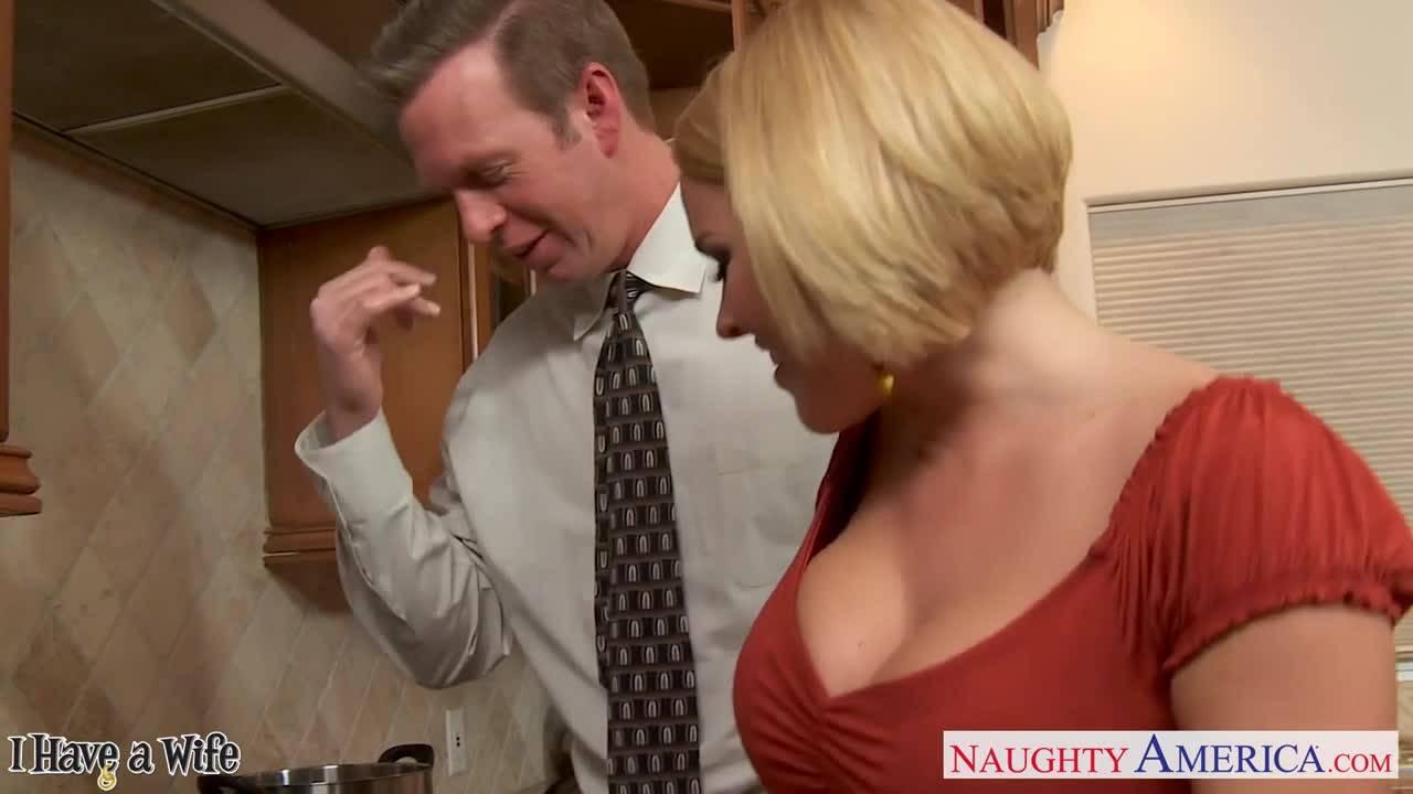Бизнесмен заманил к себе домой секретаршу и вдул ей на кухне