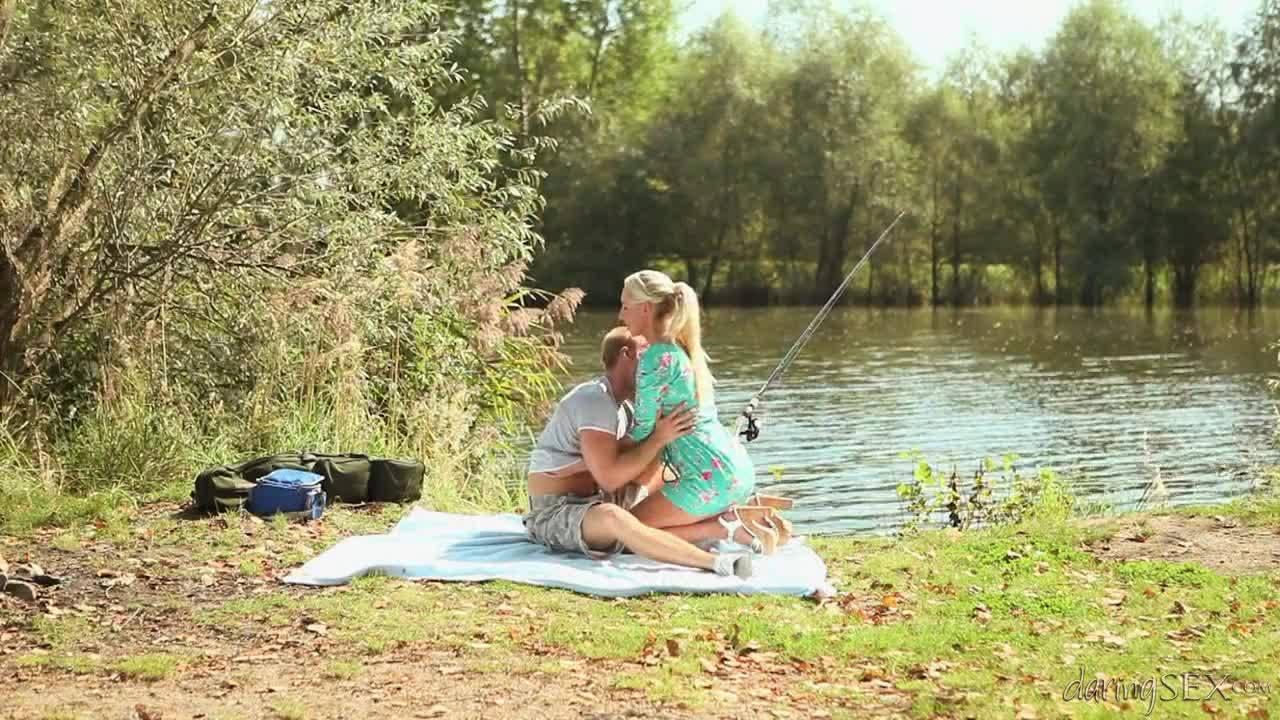 Блондинка соблазнила рыбака на речке