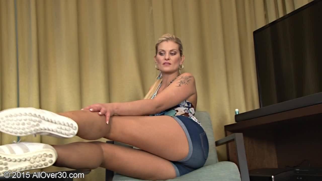 Блондинка дома ласкает свою киску игрушкой на камеру