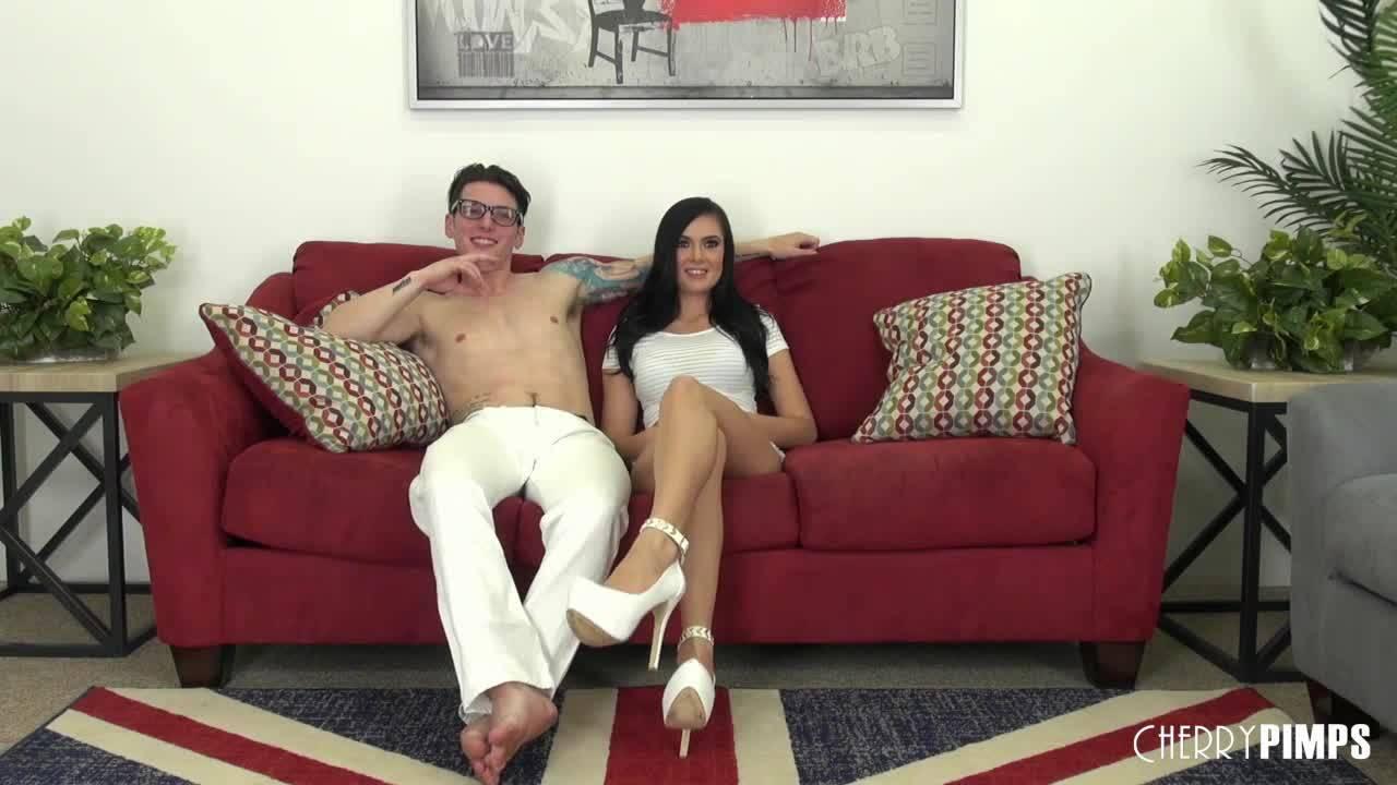 Парочка включила камеру и начала снимать домашнюю порнуху