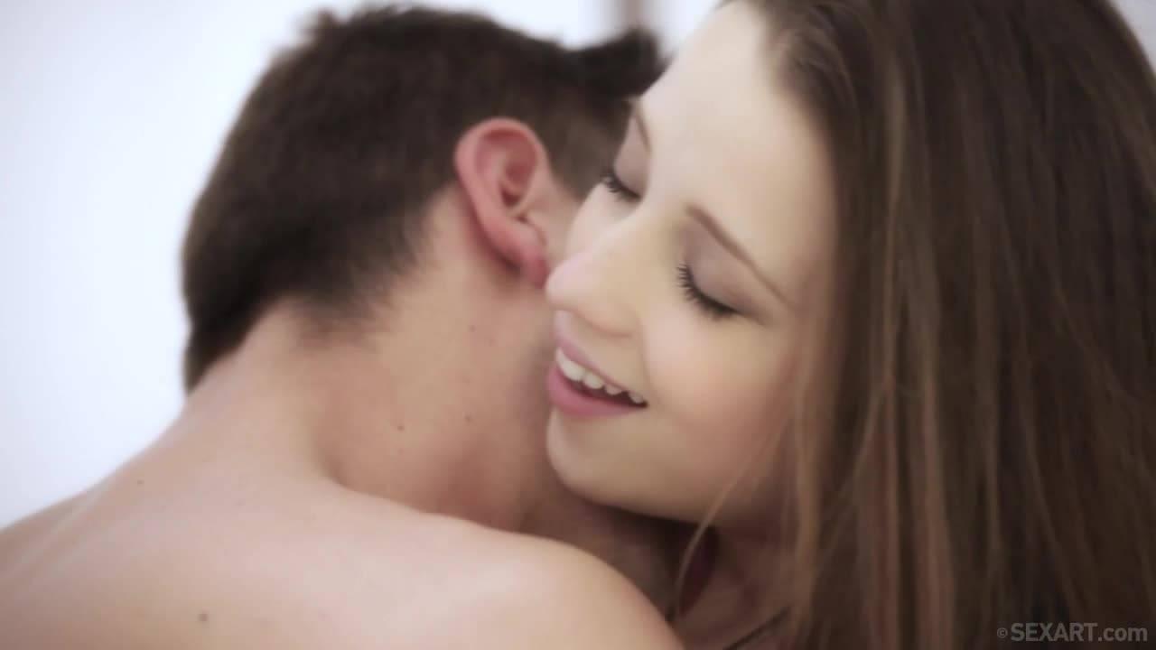Парень прёт свою молоденькую подружку с маленькими сиськами на кровати