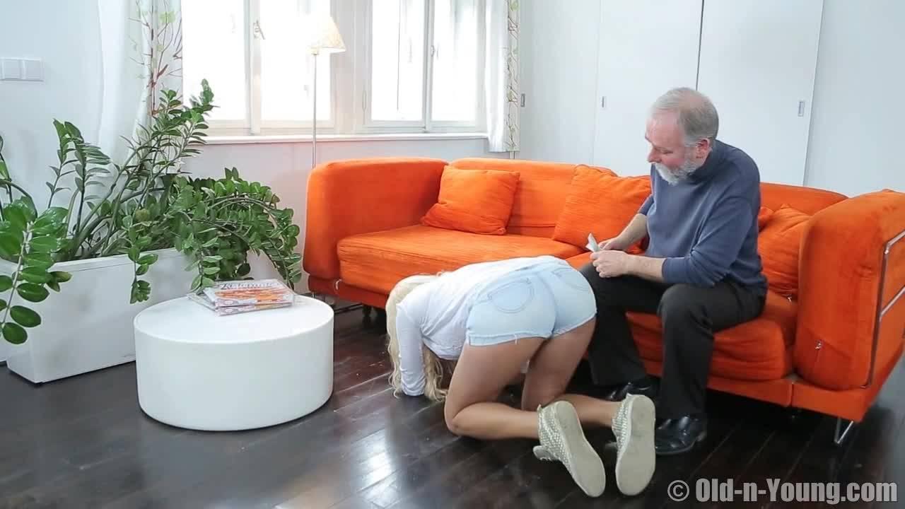 Дедуля забивает дрын в тугую щелку молодухи