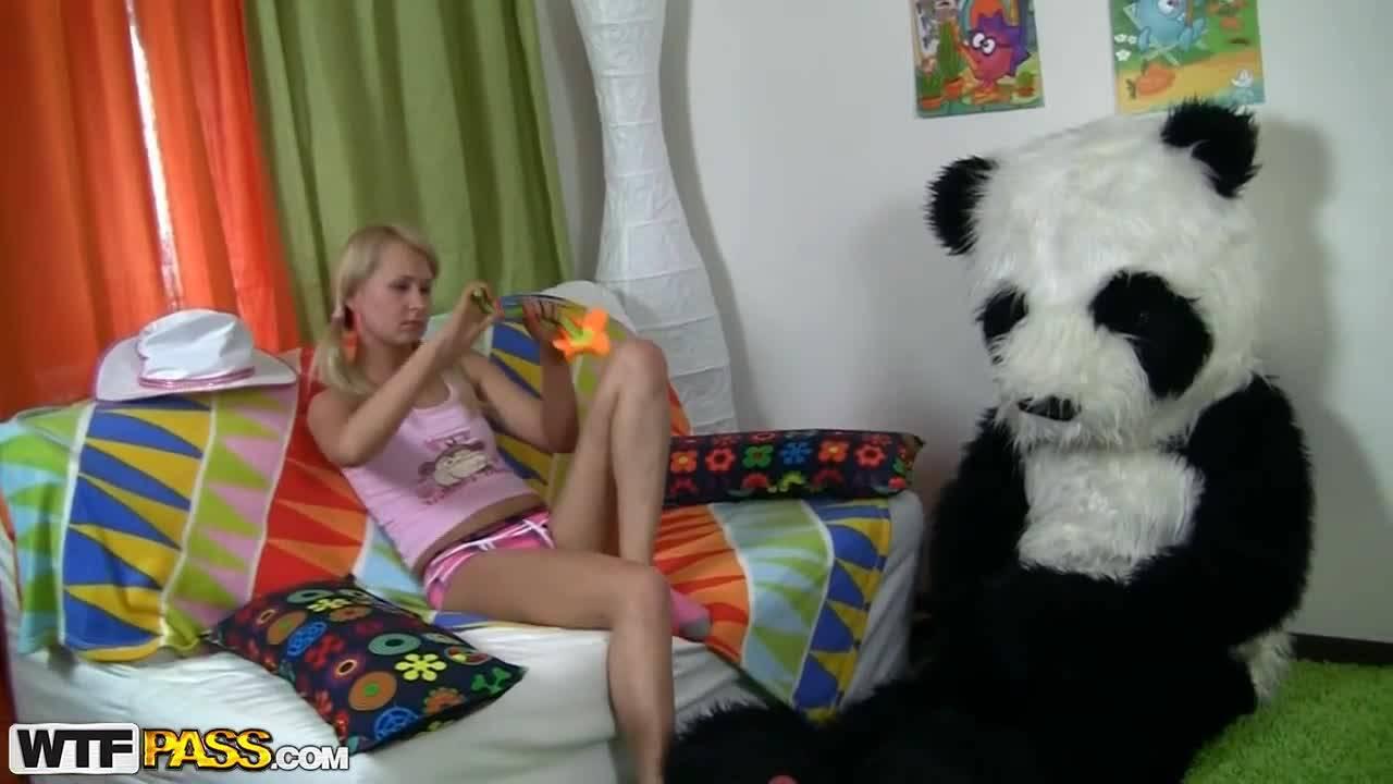 Мужик в костюме панды выебал юную блондинку