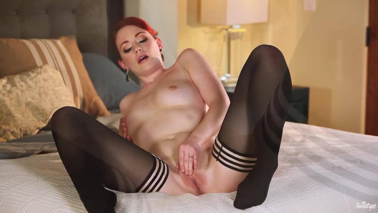 Рыжая девушка в чулочках мастурбирует свою киску