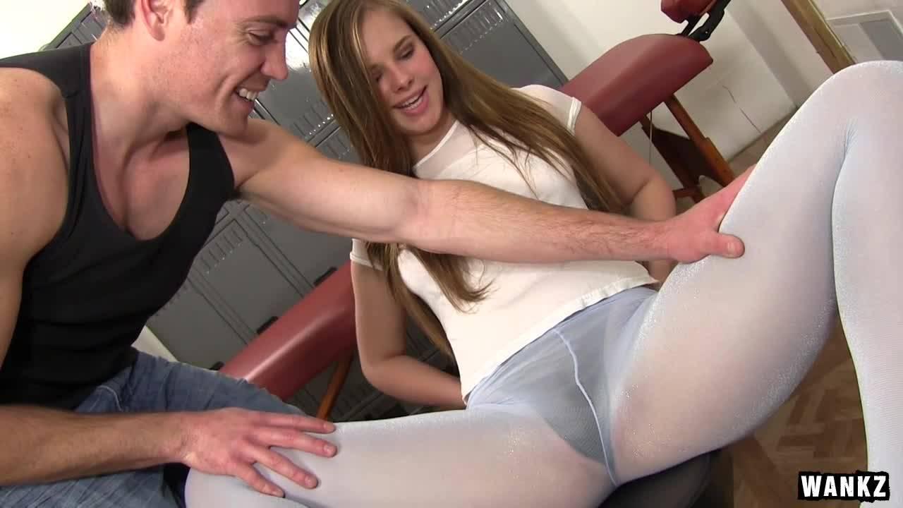 Массажист возбудил девушку и трахнул ее в раздевалке