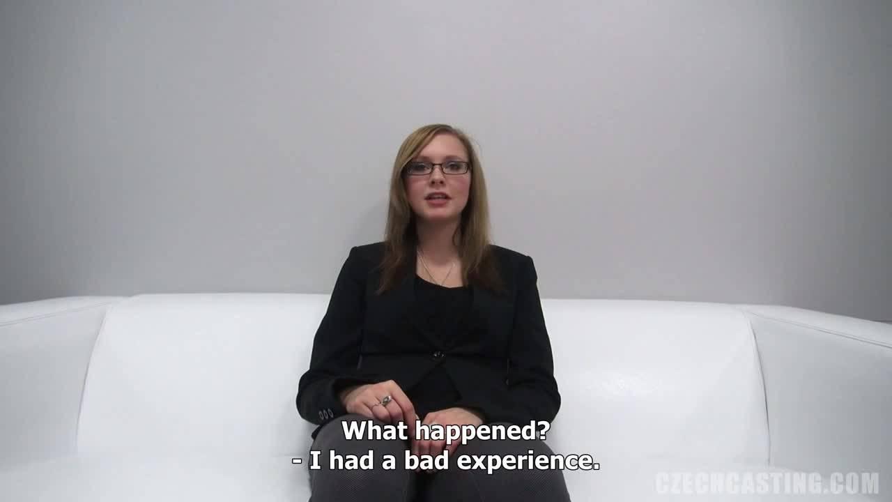 Сладкая любительница секса в очках перепихнулась на порно кастинге