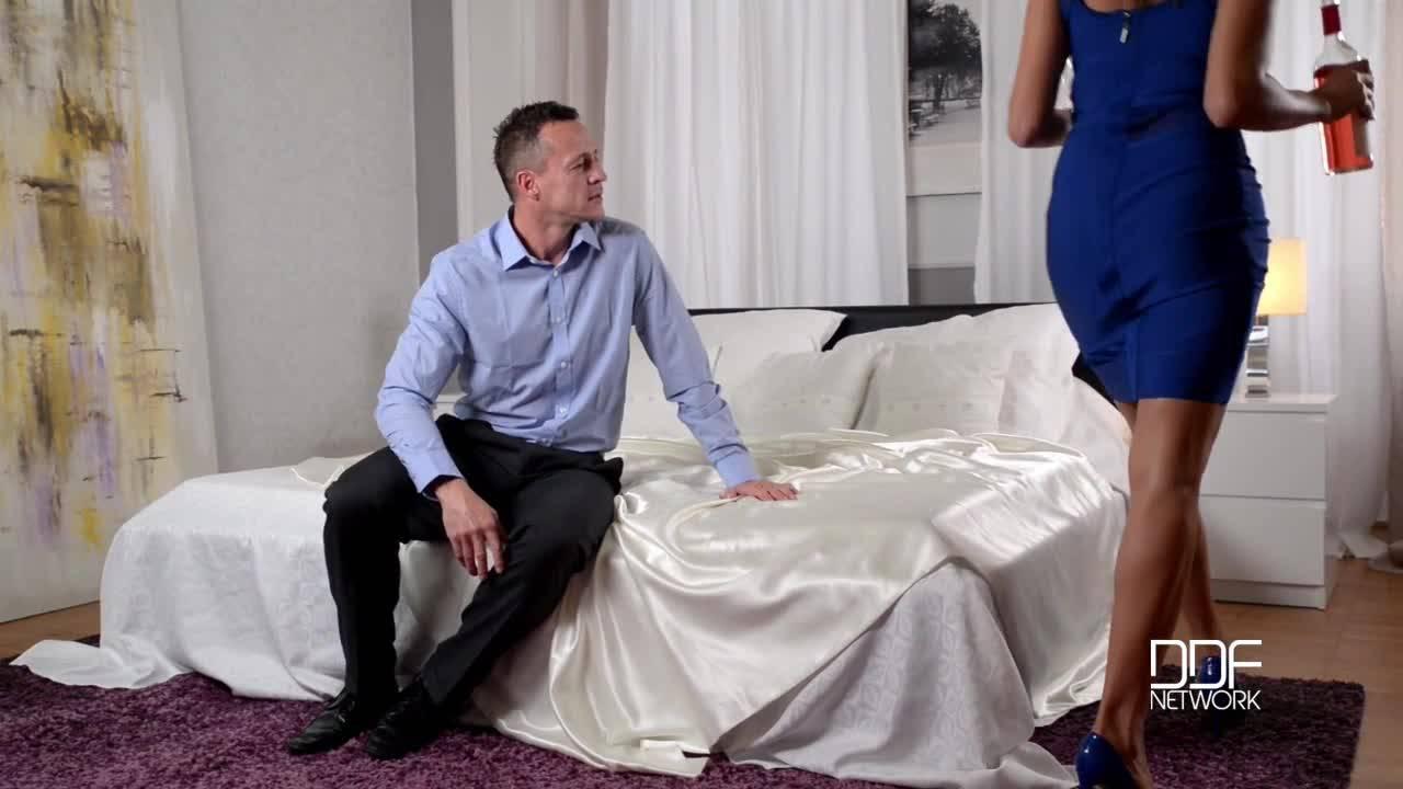 Зрелая парочка отметили повышения мужа и закончили празднование сексом