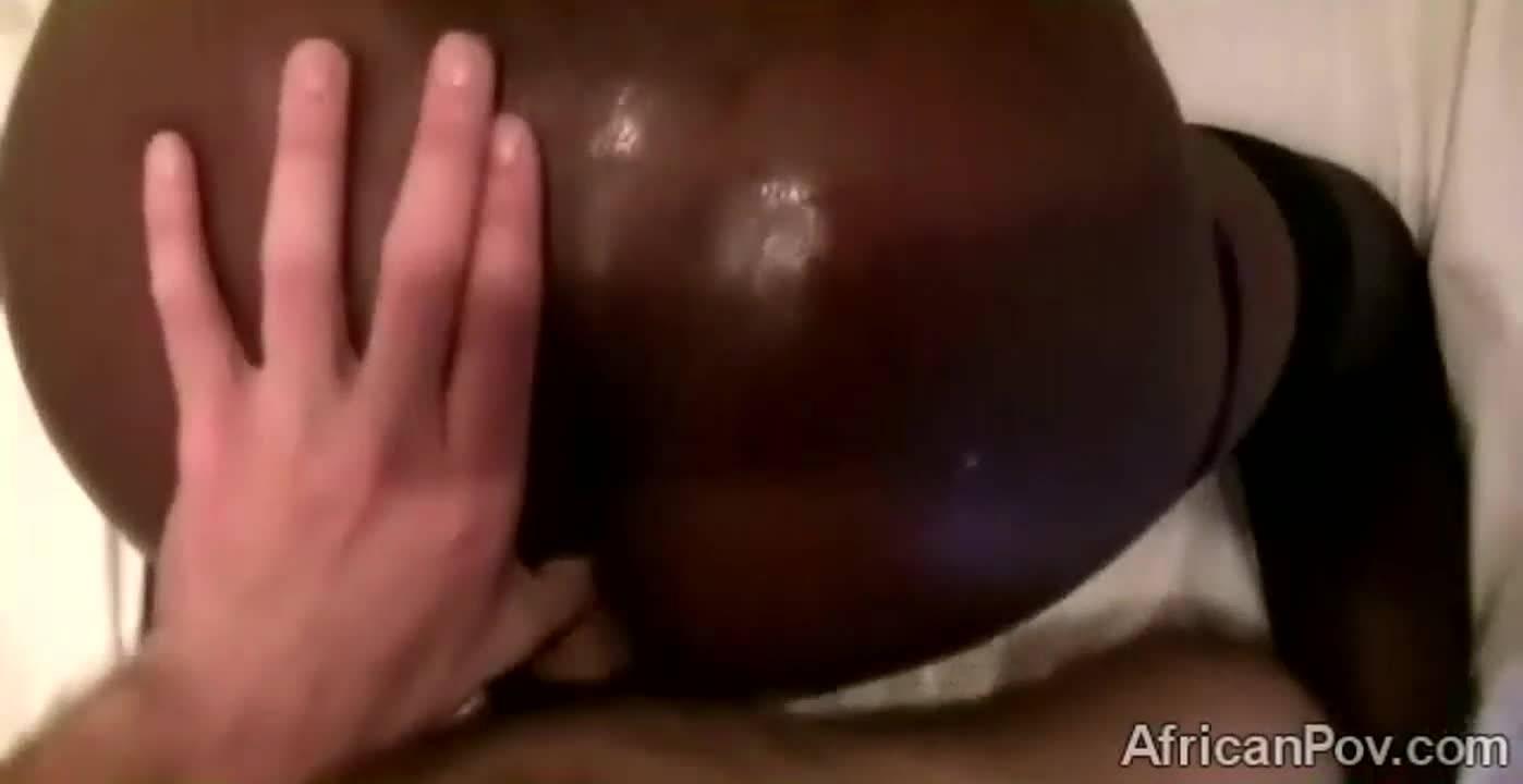 Африканская красавица за деньги позволяет ебать себя в анал