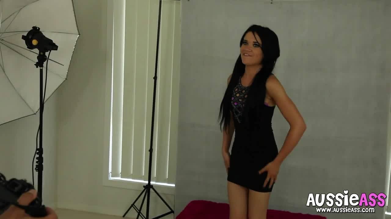 Девушка показывает свою модельную внешность и рабочую киску своему фотографу