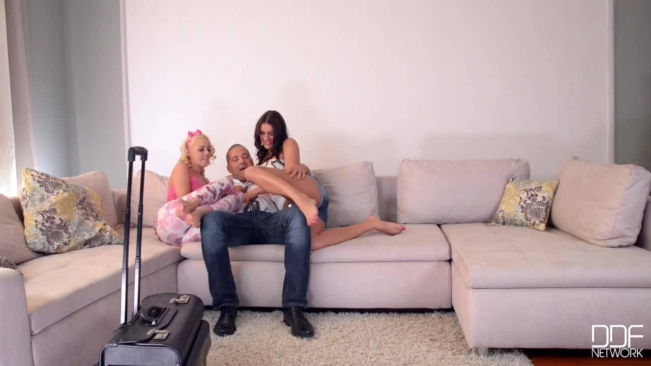 Альфа самец трахнул двух проституток прямо в жопы