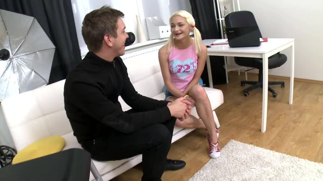 Юной блондиночке жестко прочистили анальное колечко