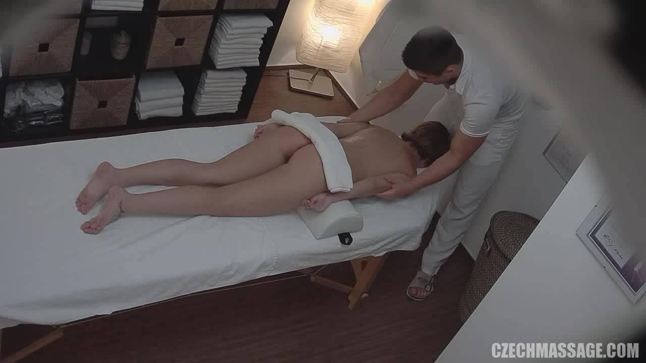 Молодой массажист мощно трахнул хорошенькую клиентку.