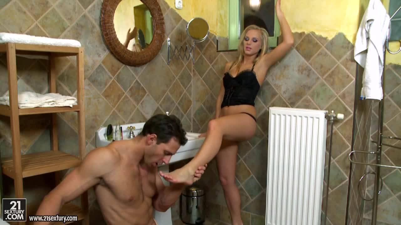 Муж трахается с красоткой женой в ванной, кончает ей на ножки