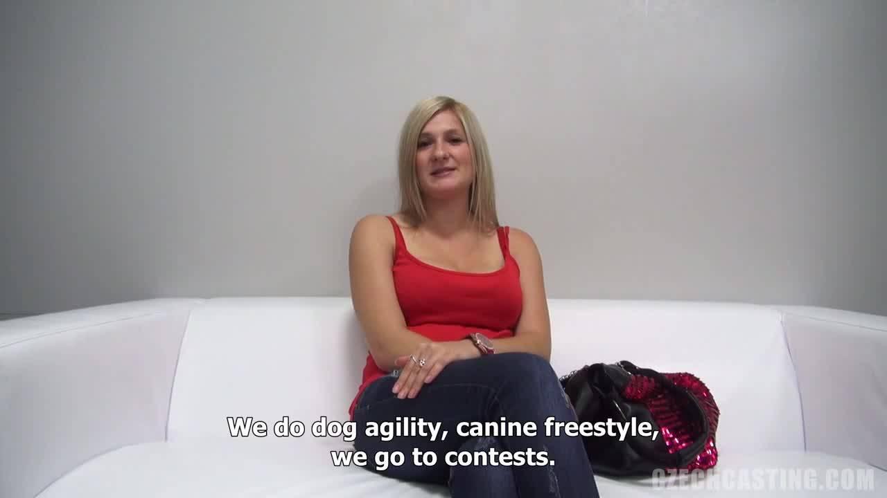 Блондиночка пришла показать себя на порно кастинг