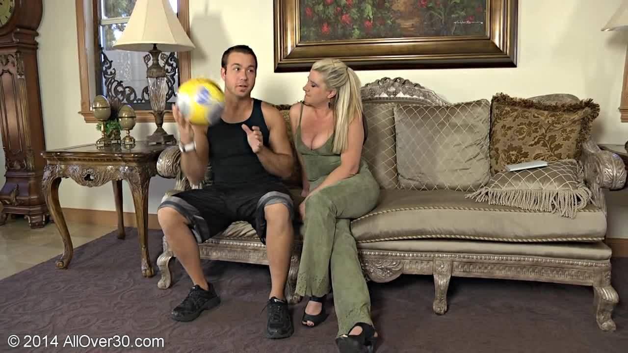 Парень отодрал милфу на её диване в прихожей