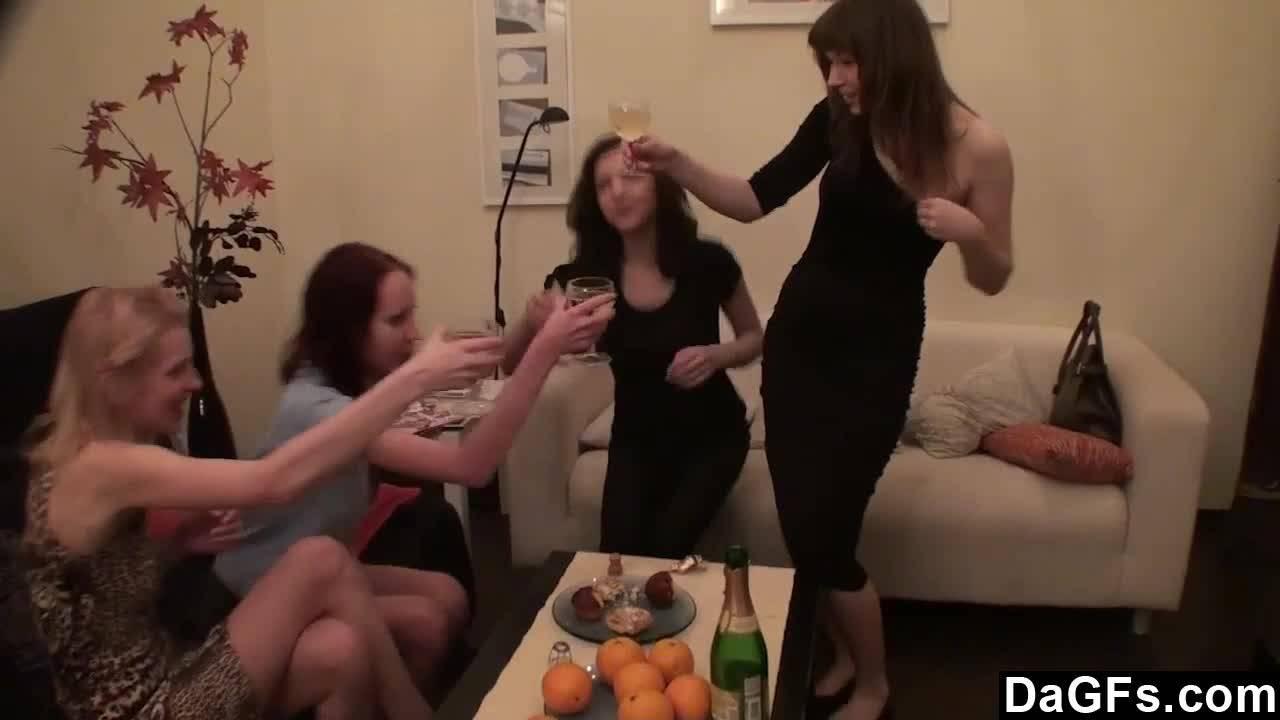 Развратная вечеринка молоденьких лесбиянок