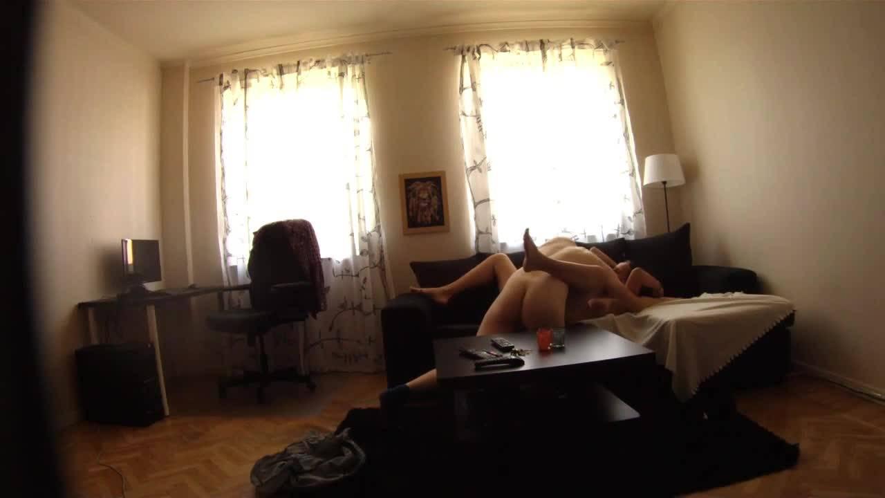 Парень снимает на скрытую камеру оральный секс со своей девушкой