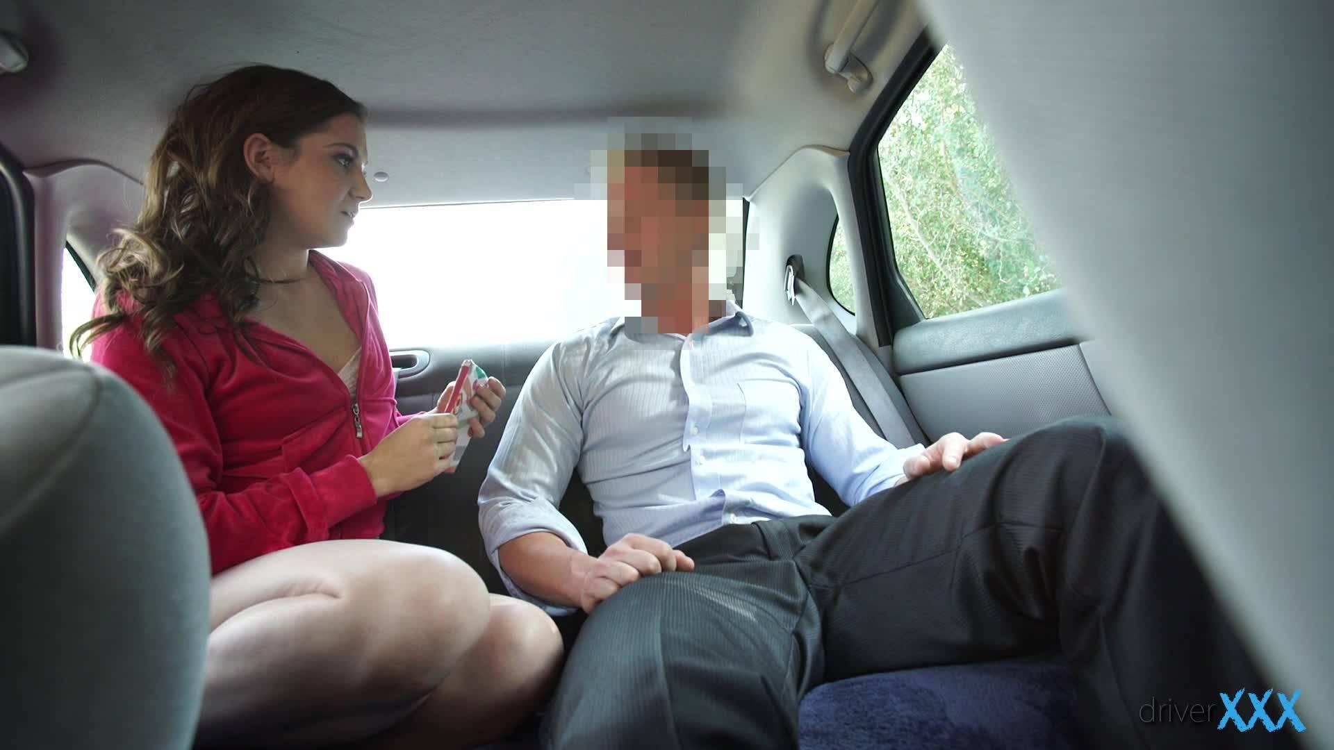 Молоденькая шлюшка отсасывает толстый хуй на заднем сиденье автомобиля