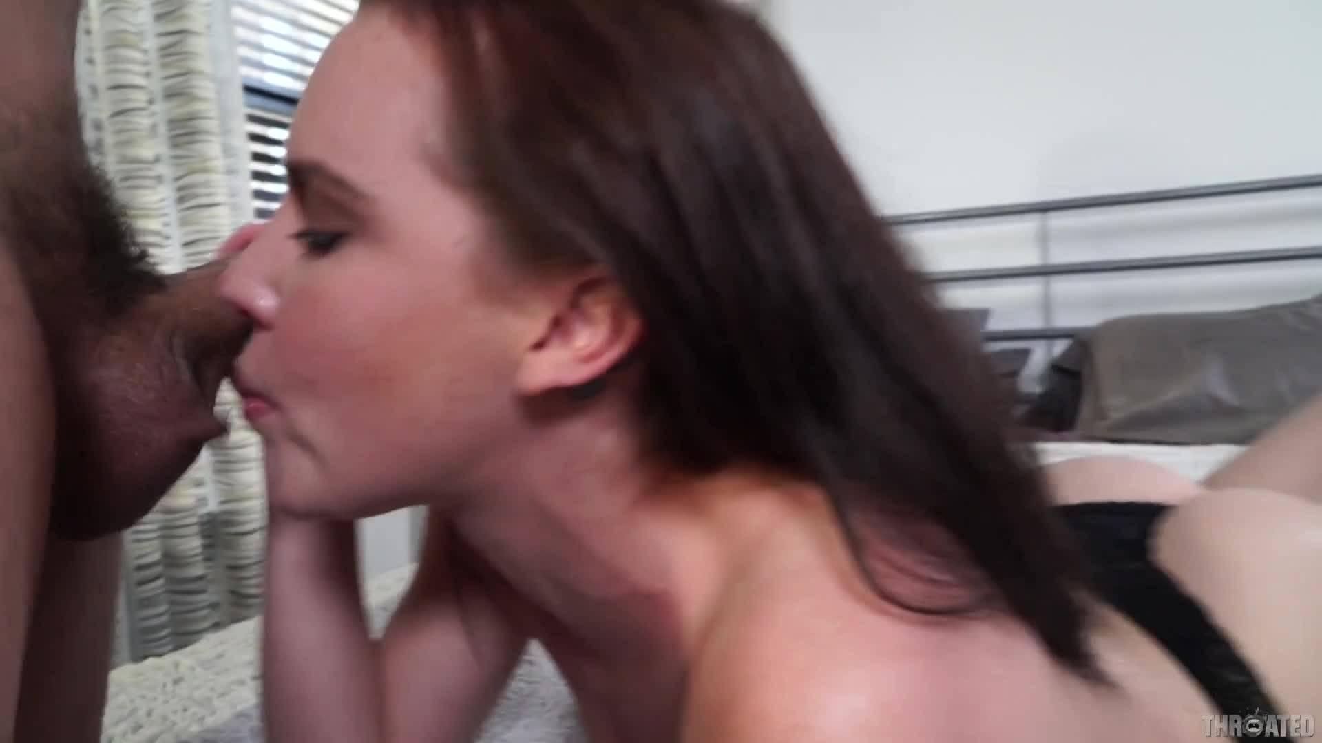 Глубокий миньет страстной брюнетки доводит до оргазма