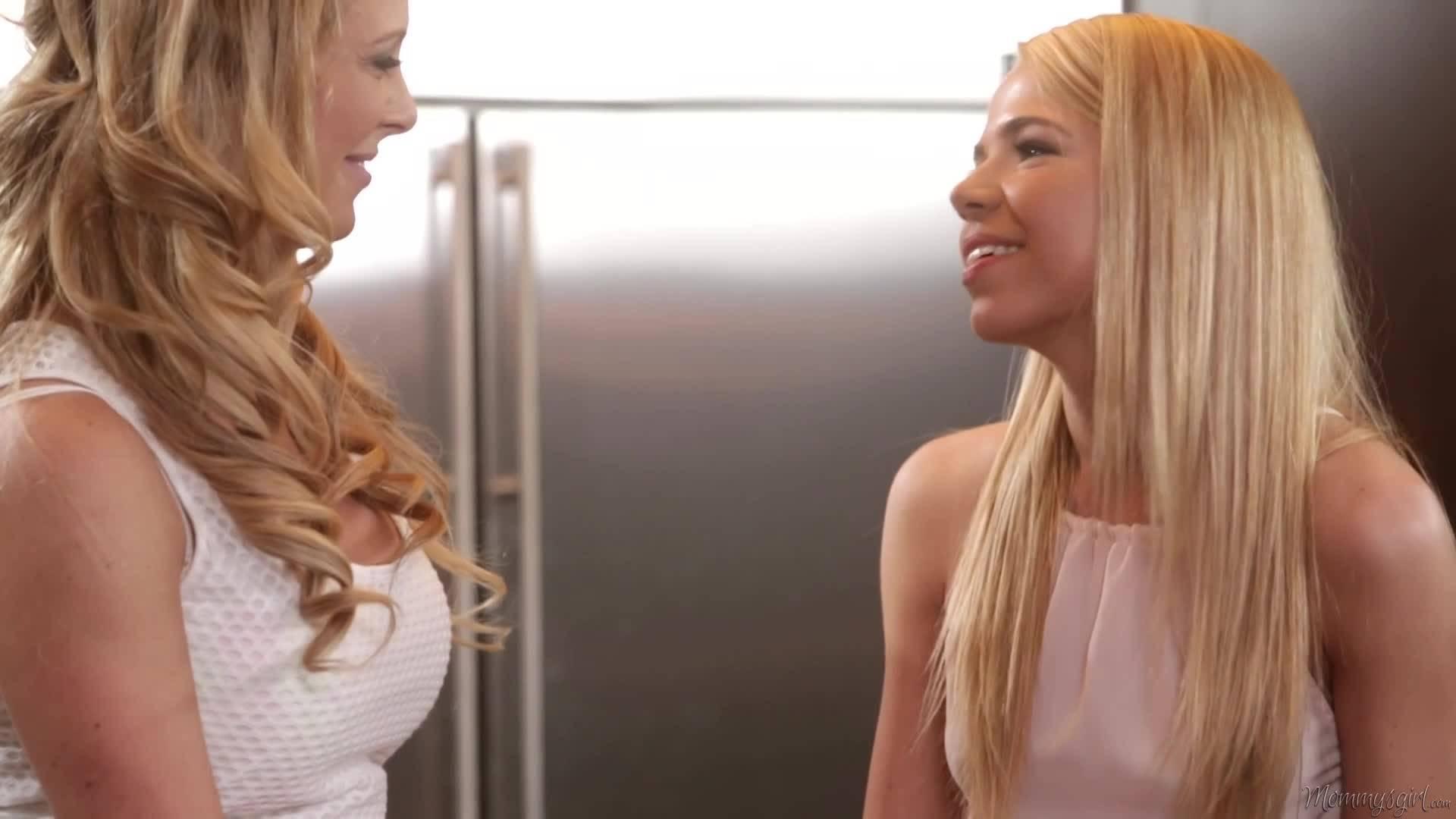 Две блондинки мама с дочкой, ласкают свои киски языками
