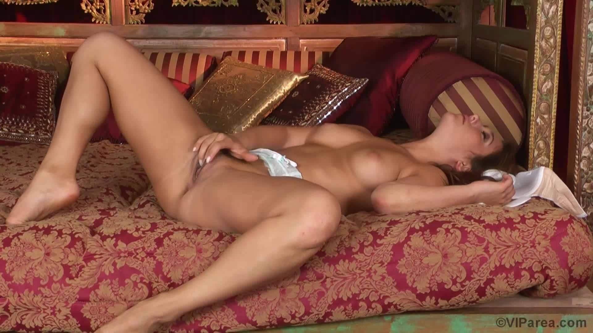 Сексуальная Ева Ловия в белых чулках самоудовлетворяет себя перед камерой.