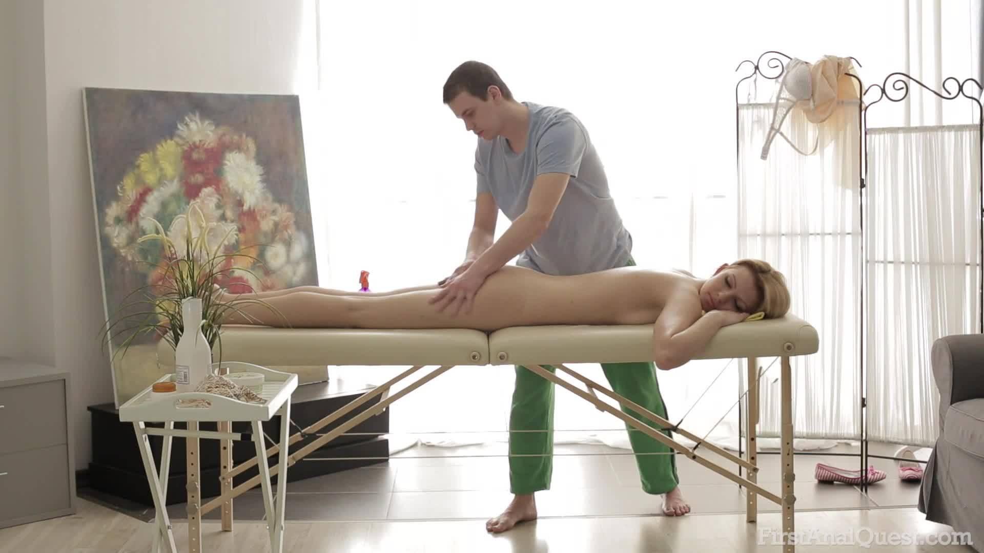 Стройная блондинка трахается с массажистом