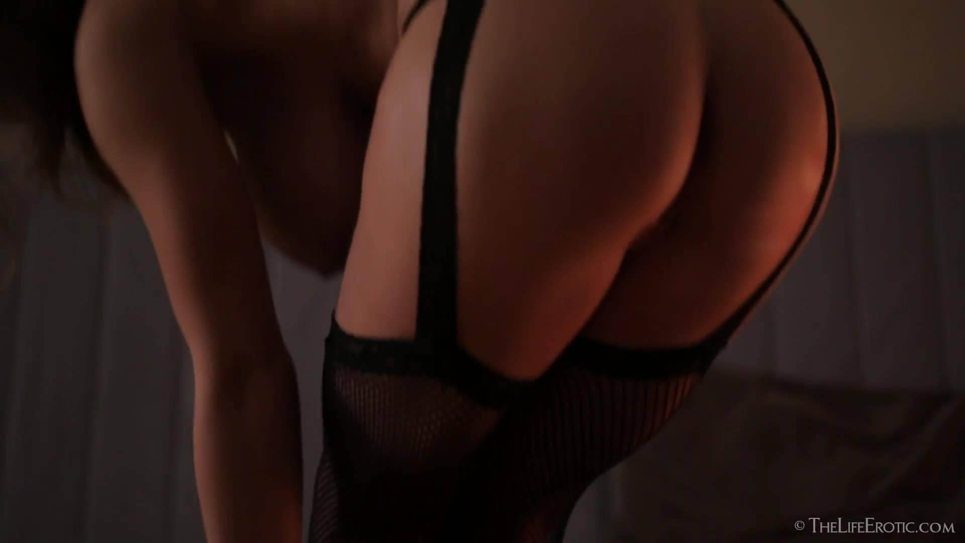 Красотка мастурбирует бритую киску крупным планом и эротично кончает
