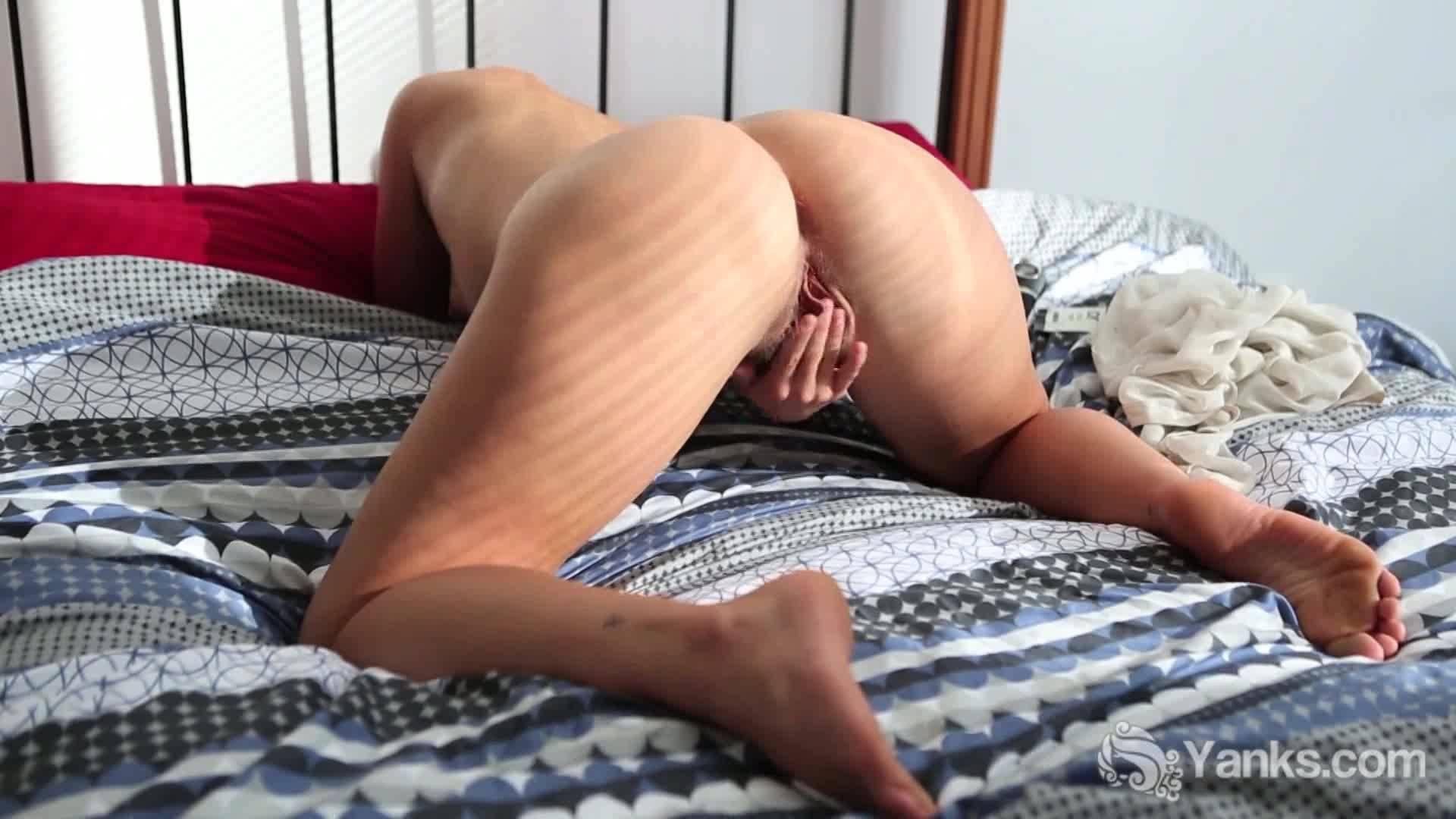 Татуированная баба с волосатой мандой мастурбирует на кровати